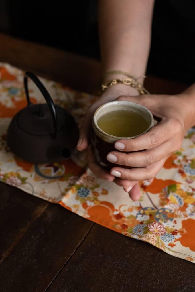 Preparazione del tè verde con teiera in ghisa e chawan