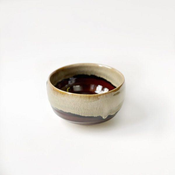 Chawan dipinto a mano per la preparazione del tè matcha di colore marrone e beige