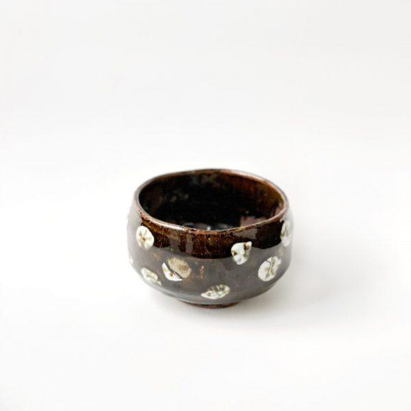 Chawan dipinto a mano per la preparazione del tè matcha con motivo a pois