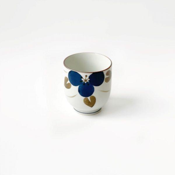 tazza con tre grandi petali blu