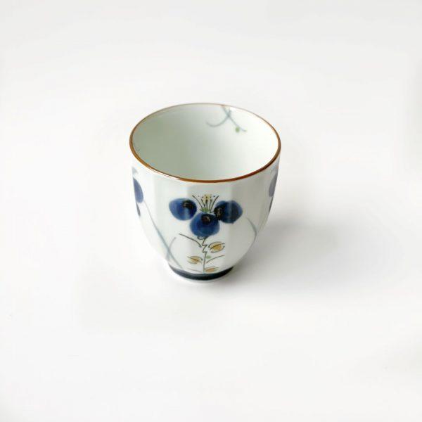 tazza in porcellana con fiore blu
