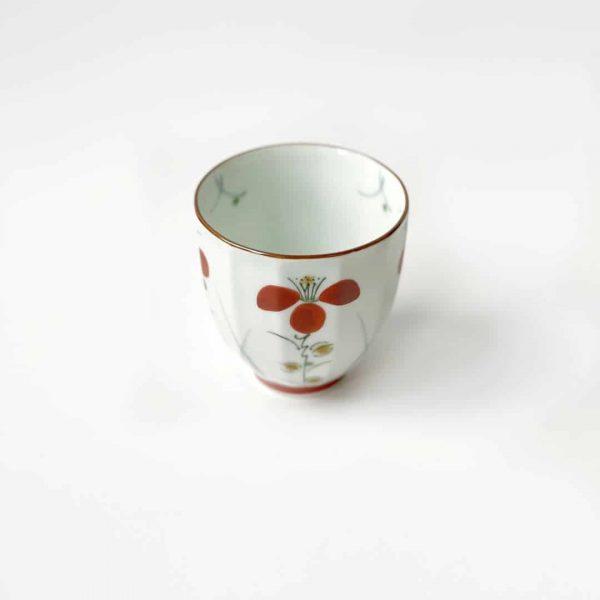 tazza in porcellana con petali rossi