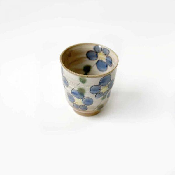 tazza in porcellana con fiori blu