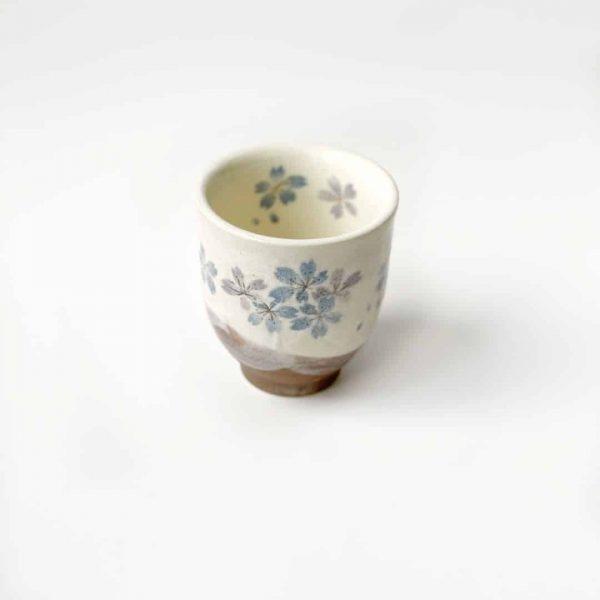 tazza in porcellana con piccoli fiori celesti