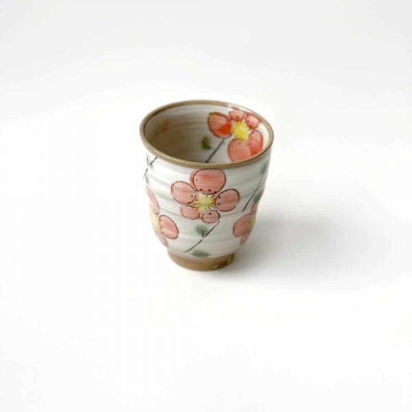 tazza in porcellana con fiori rosa