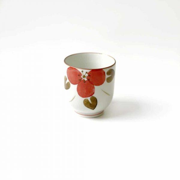 tazza in porcellana con petali rosa